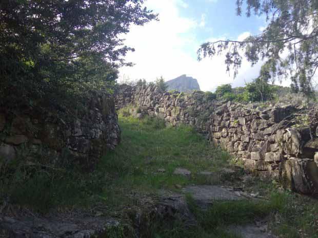 Camino pirenaico con muros de piedra